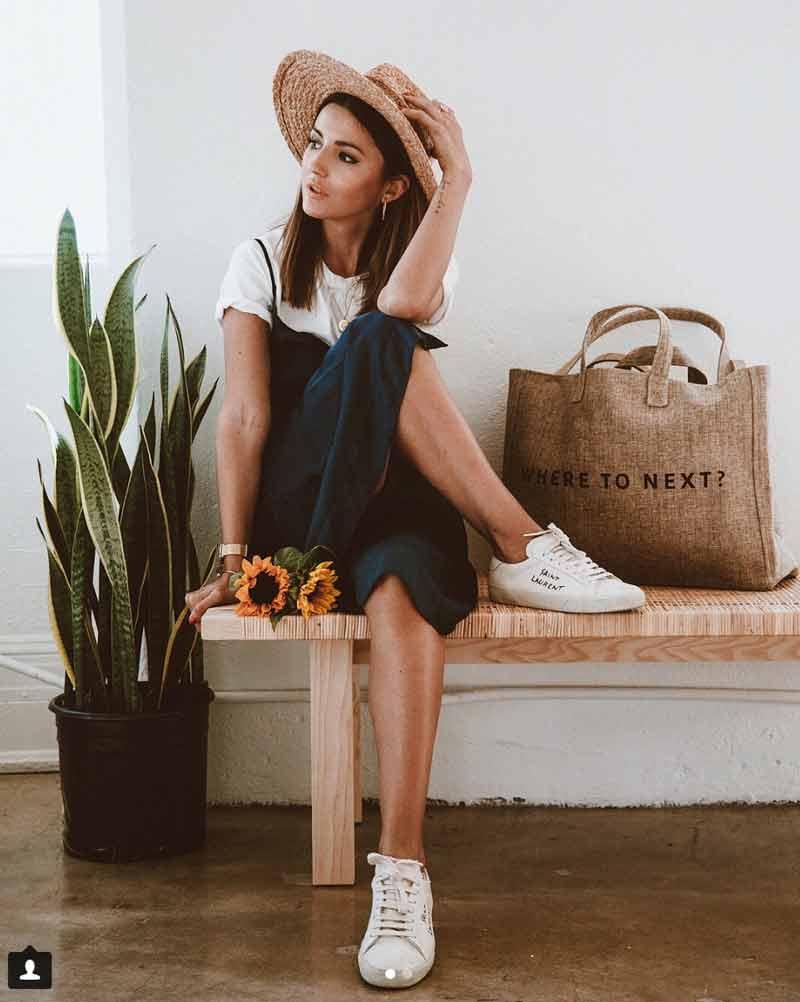 Blogger con zapatillas de mujer blancas