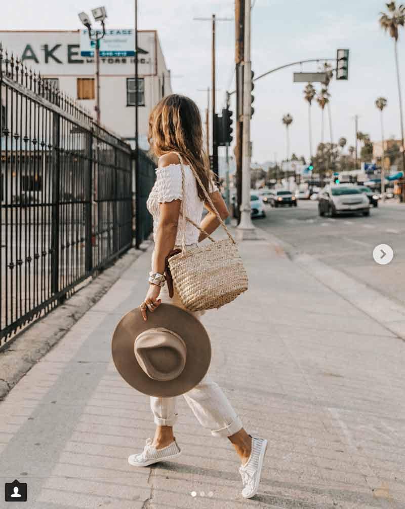 Outfit de verano con zapatillas de mujer blancas