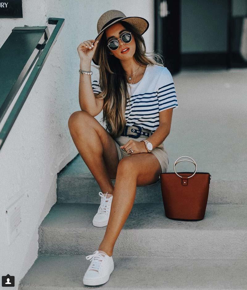 Look veraniego con zapatillas de mujer blancas
