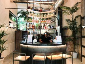 La barra del restaurante Alboroto en Madrid