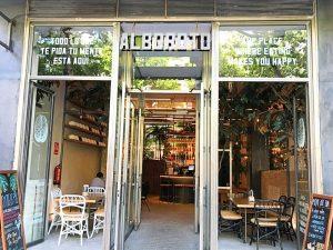 La fachada del restaurante Alboroto en Madrid