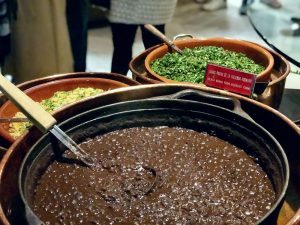Feijoada del Restaurante Rubaiyat de Madrid olla con frijoles