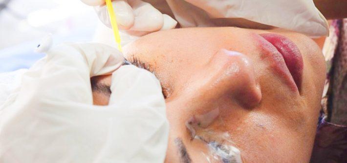 En qué consiste la micropigmentación y el microblading