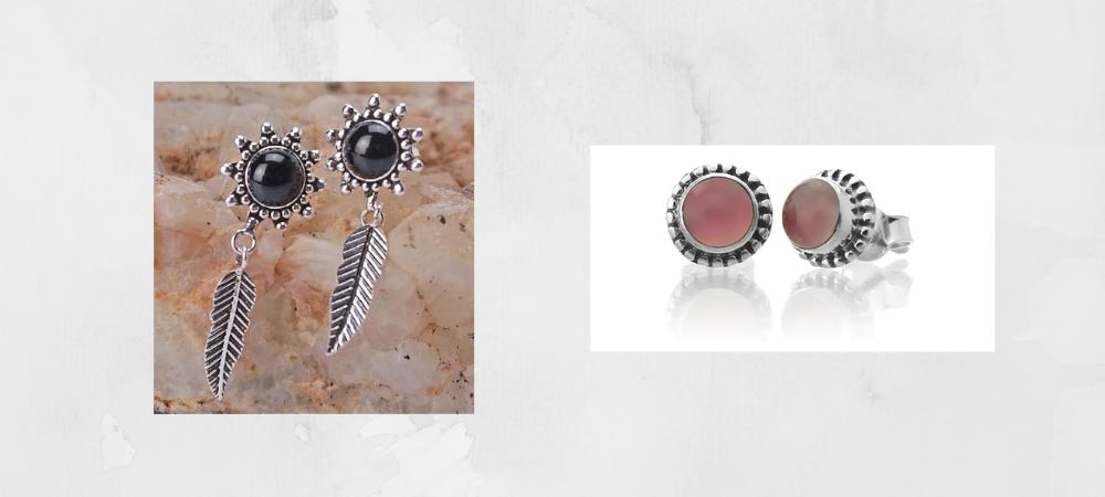 Pendientes para el verano 2021 sin aro y de tipo botón. Ambos son de plata, incluyen charms y cuarzo rosa. Son sencillos pero elegantes.
